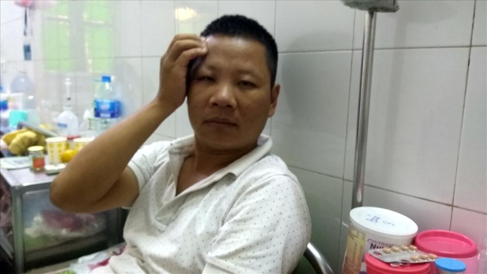 Sau 1 tuần nhập viện, người này hiện vẫn còn đau nhức. Ảnh PV