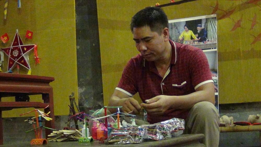 Gian hướng dẫn làm làm chuồn chuồn tre của nghệ nhân Nguyễn Văn Tái (xã Thạch Xá, Thạch Thất, Hà Nội).