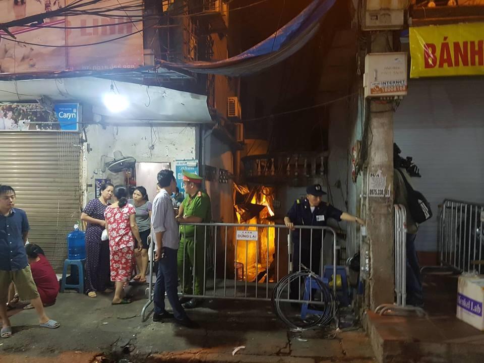 Bên ngoài hiện trường, rất đông người dân tập trung quanh khu vực, bàn tán xôn xao.