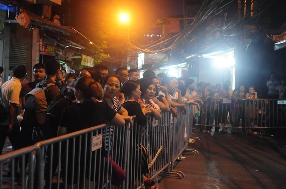 Rất đông người dân đứng theo dõi vụ việc.