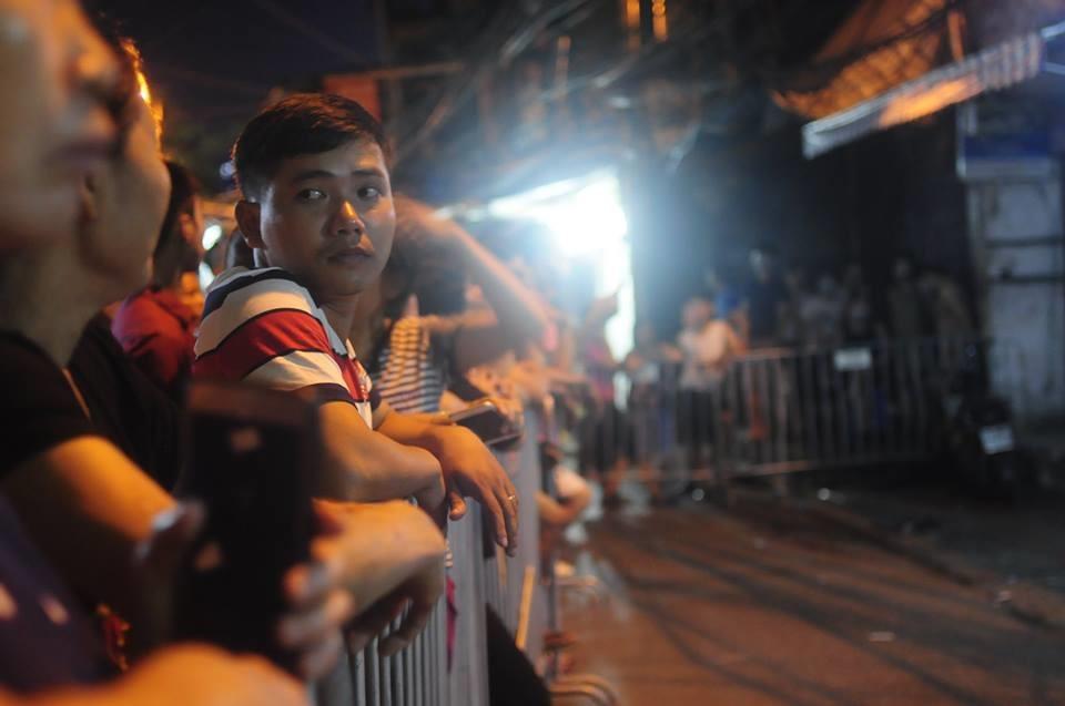 Cho đến hơn 23h ngày 21.9, lượng người tập trung quanh khu vực xảy ra vụ cháy kinh hoàng hôm 17.9 vẫn không ngớt.