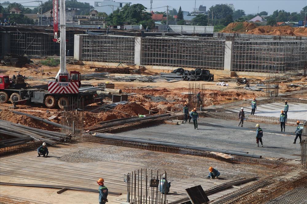 Ngoài khu tòa nhà trung tâm ra, các khu khác cũng đang khẩn trương xây dựng.