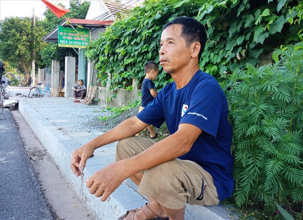 Ông Cao Hoàng Đản (SN 1955, xóm phó, công an viên xóm 13, xã Quang Thiện, hụt hẫng khi hay tin người con quê hương qua đời. Ảnh: NT