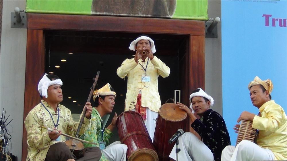 Trình diễn nhạc cụ truyền thống (trống Ginăng, Paranưng, kèn Saranai, đàn Kanhi).