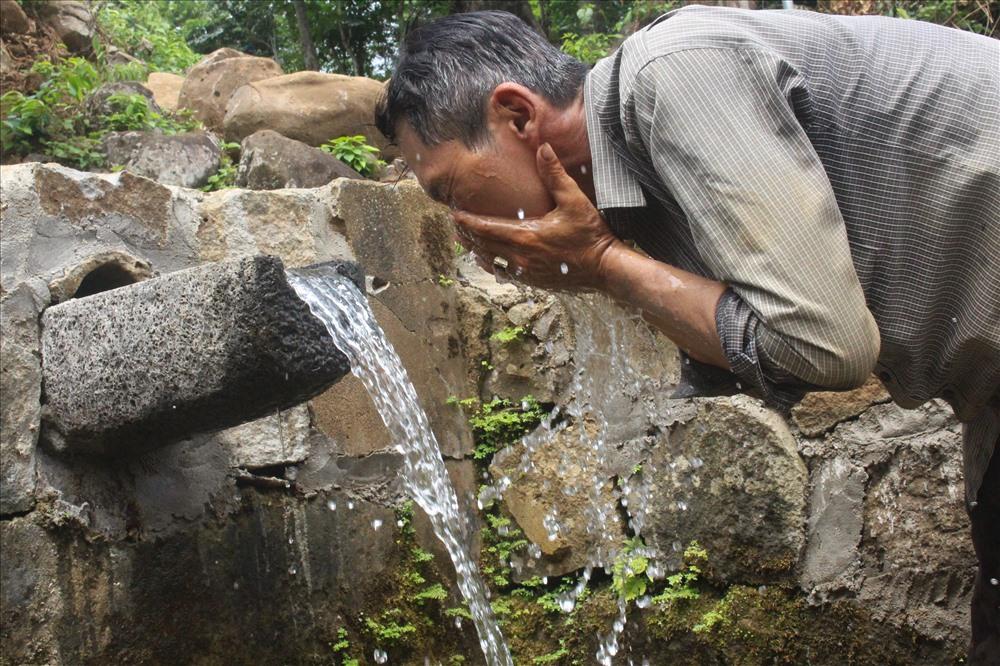 Người dân tìm tới nguồn nước mát trong của giếng sau những giờ lao động mệt mỏi. Ảnh: PĐ.