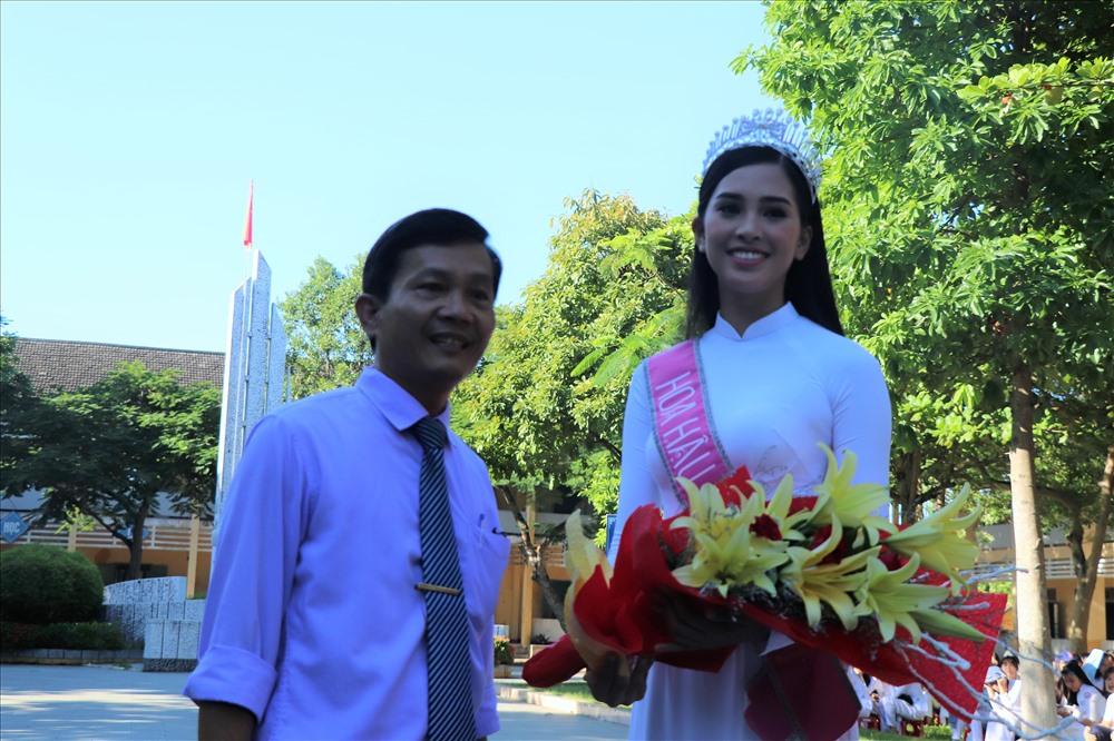 Đại diện trường THPT Trần Quý Cáp tặng hoa chúc mừng Hoa hậu Trần Tiểu Vy. Ảnh: Hoàng Vinh