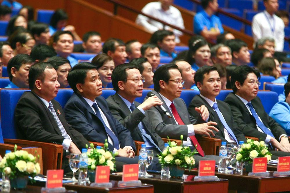 Đồng chí Nguyễn Mạnh Hùng - quyền Bộ trưởng Bộ Thông tin và Truyền thông (thứ ba, từ trái qua) trả lời về câu chuyện mạng xã hội.