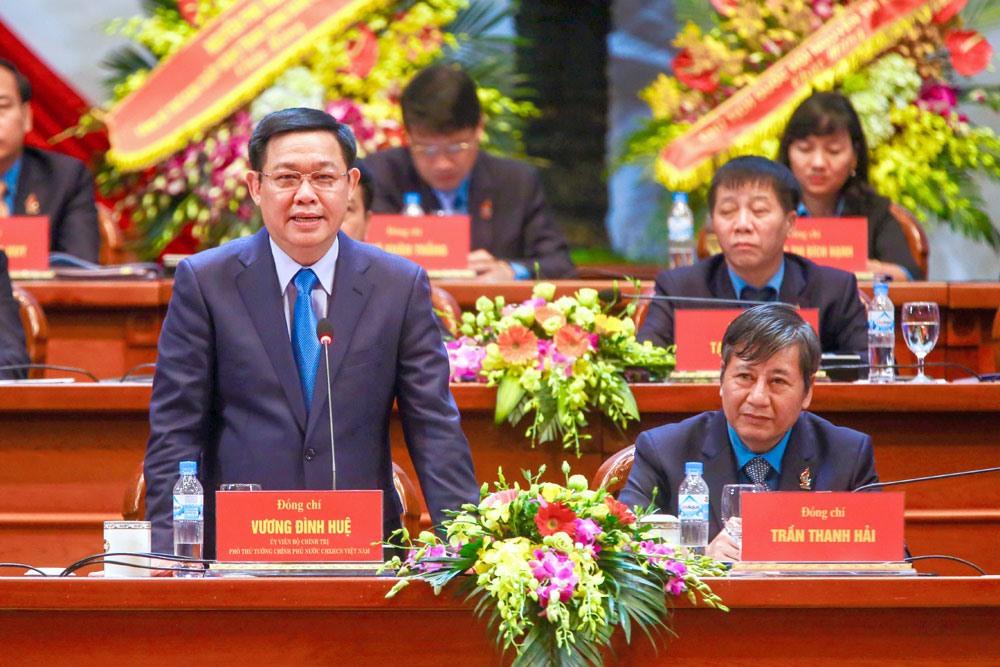 Phó Thủ tướng Vương Đình Huệ giải đáp những câu hỏi của đại biểu liên quan đến vấn đề chính sách tiền lương, chính sách bảo hiểm xã hội. Ảnh: Hải Nguyễn.