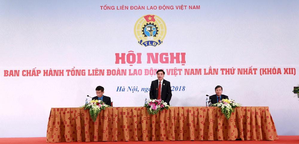 3 đồng chí trong ban Chủ tọa Hội nghị Ban Chấp hành Tổng LĐLĐVN lần thứ nhất khóa XII. Ảnh: Hải Nguyễn.
