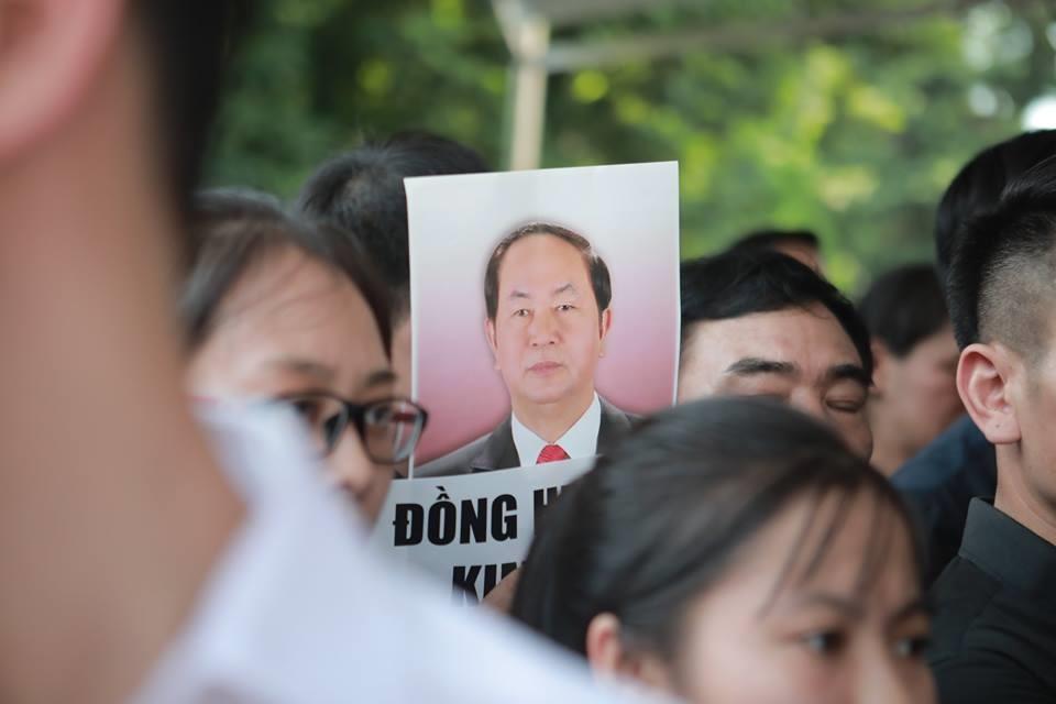 Hình ảnh Chủ tịch Nước được các em học sinh mang theo trong lễ viếng. Ảnh: Đăng Huỳnh