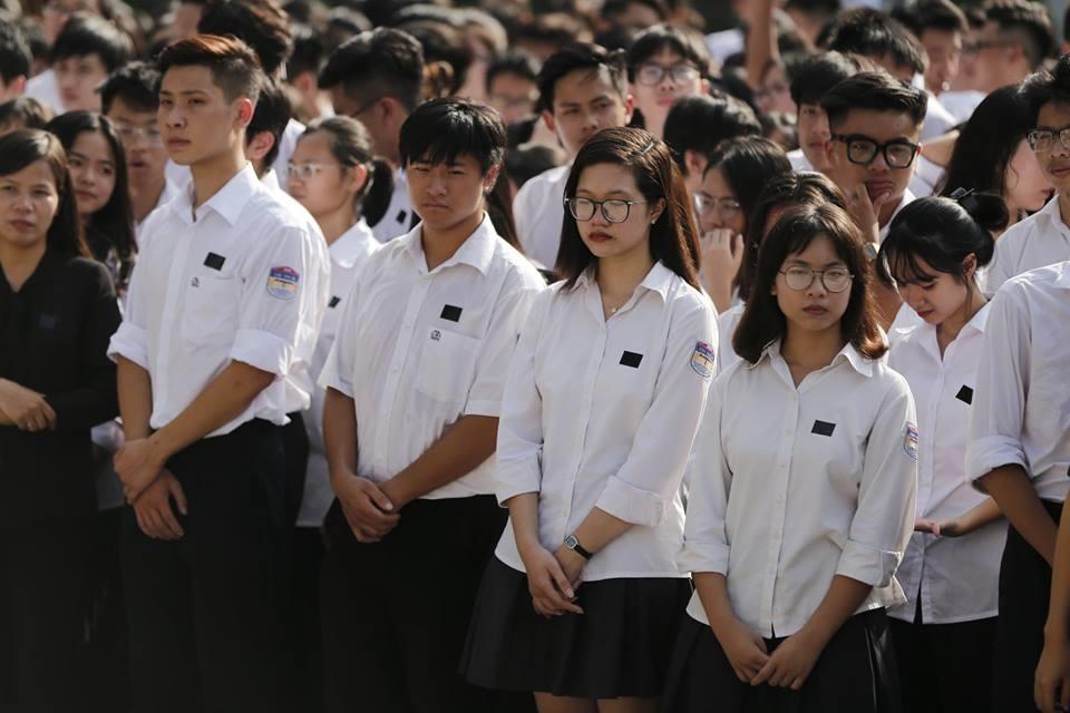 700 em học sinh trường Chu Văn An xếp hàng ngay ngắn, chuẩn bị vào viếng Chủ tịch Nước. Ảnh: Đăng Huỳnh