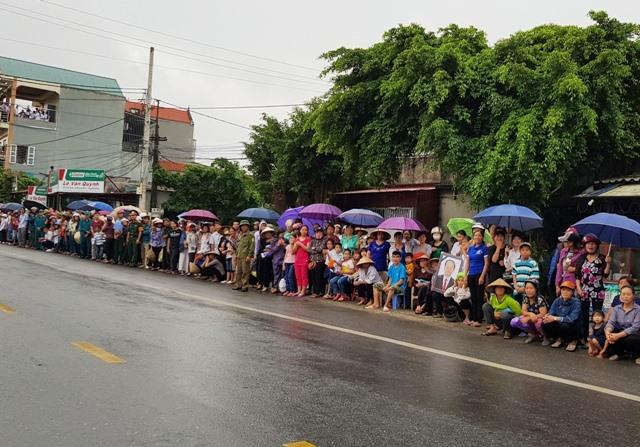 Dọc tuyến Quốc lộ 10 người dân từ Tp.Ninh Bình về Kim Sơn, người dân đứng đợi đoàn xe đưa linh cữu Chủ tịch Nước Trần Đại Quang đi qua. Ảnh: NT
