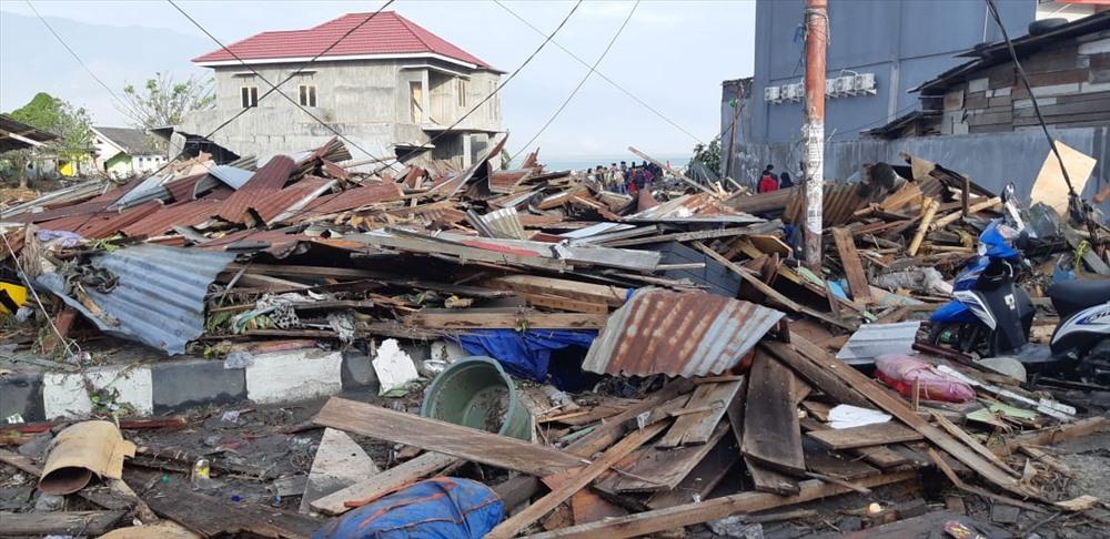 Nhà cửa tan hoang sau động đất, sóng thần. Ảnh: Twitter