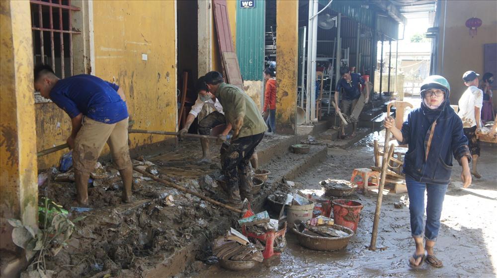 Trước đó do ảnh hưởng bão số 4 bùn đất ngập nặng, các lực lượng đã dọn dẹp trong thời gian 1 tuần