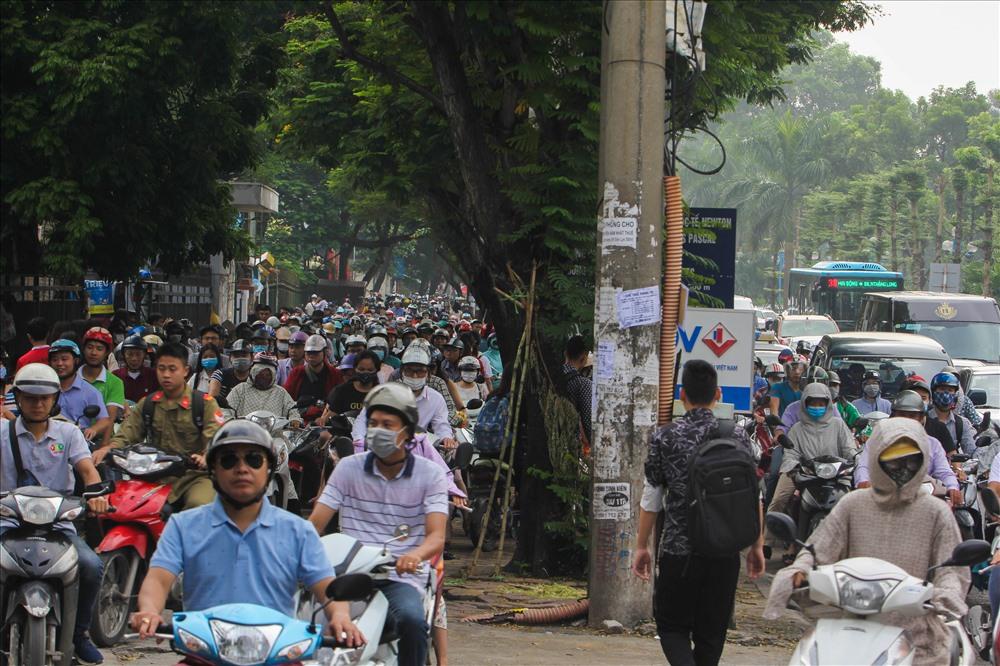 Hàng trăm xe máy leo lên vỉa hè để đi.