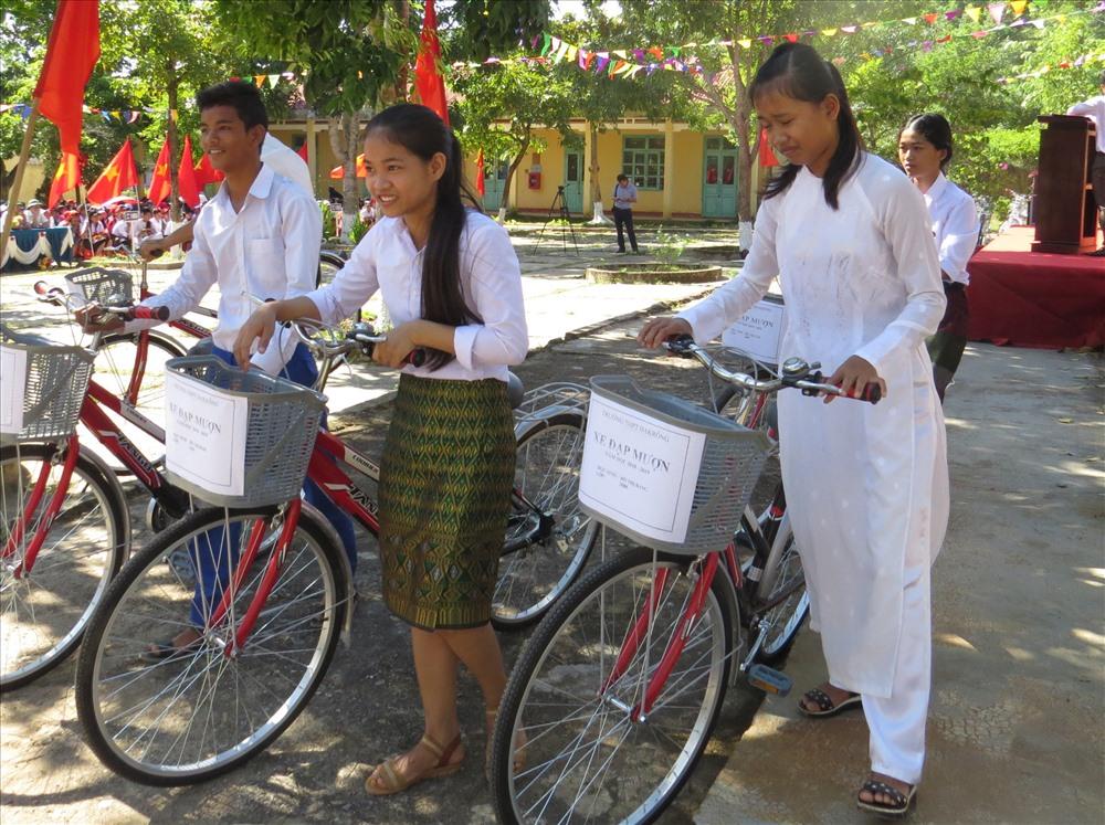 """Học sinh nhà ở xa trường được nhận """"xe đạp mượn"""". Ảnh: Hưng Thơ."""