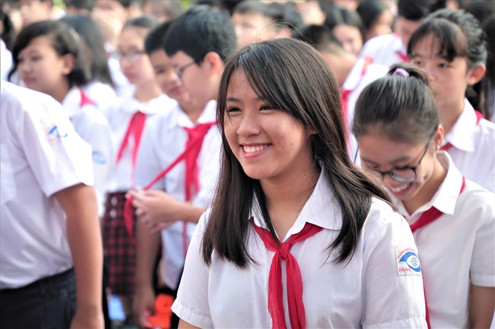 Dõi theo tiết mục của các em học sinh khiếm thị là hơn 1600 bạn học sinh từ lớp 1 đến lớp 9. Các em nhiệt tình cổ vũ, vỗ tay động viên các