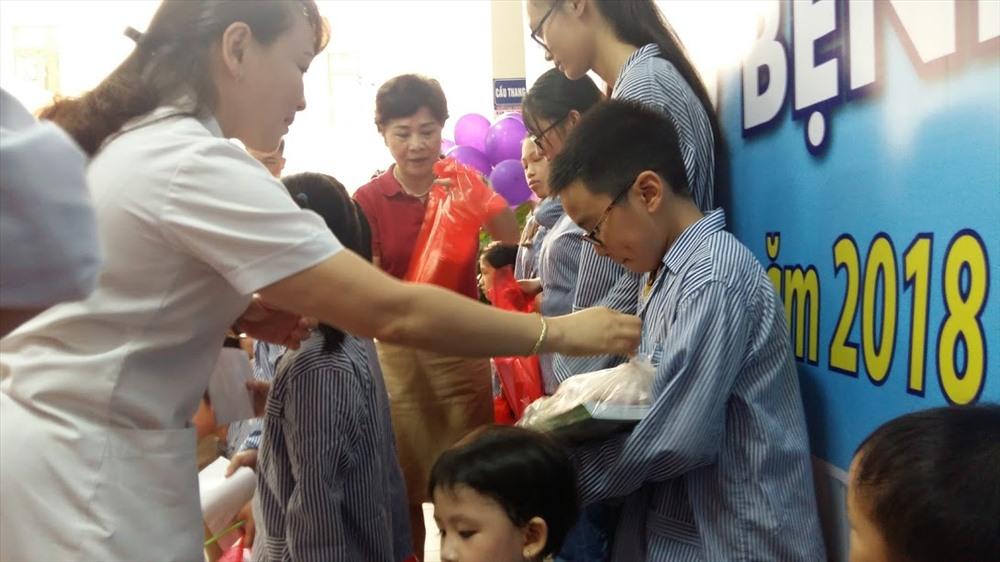 Lãnh đạo bệnh viện và trường Đoàn Thị Điểm tặng quà cho các cháu. Ảnh: Nguyễn Hùng