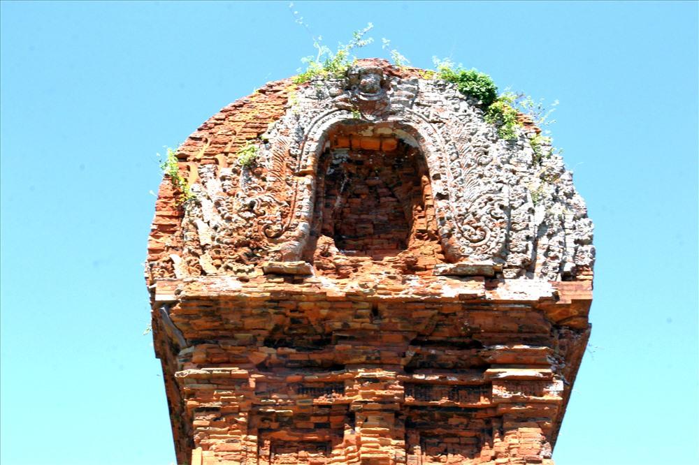 Điểm đặc biệt ở tháp yên ngựa chính là phần đế nhô ra so với phần thân, xung quanh được trang trí bằng nhiều hình tượng đang giơ tay lên đồng lòng cùng sức nâng tháp.
