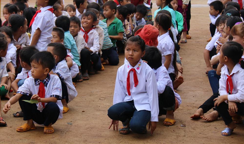 Vì điều kiện còn nhiều khó khăn nên học sinh Trường Tiểu học Vừ A Dính phải ngồi bệt để đón khai giảng.
