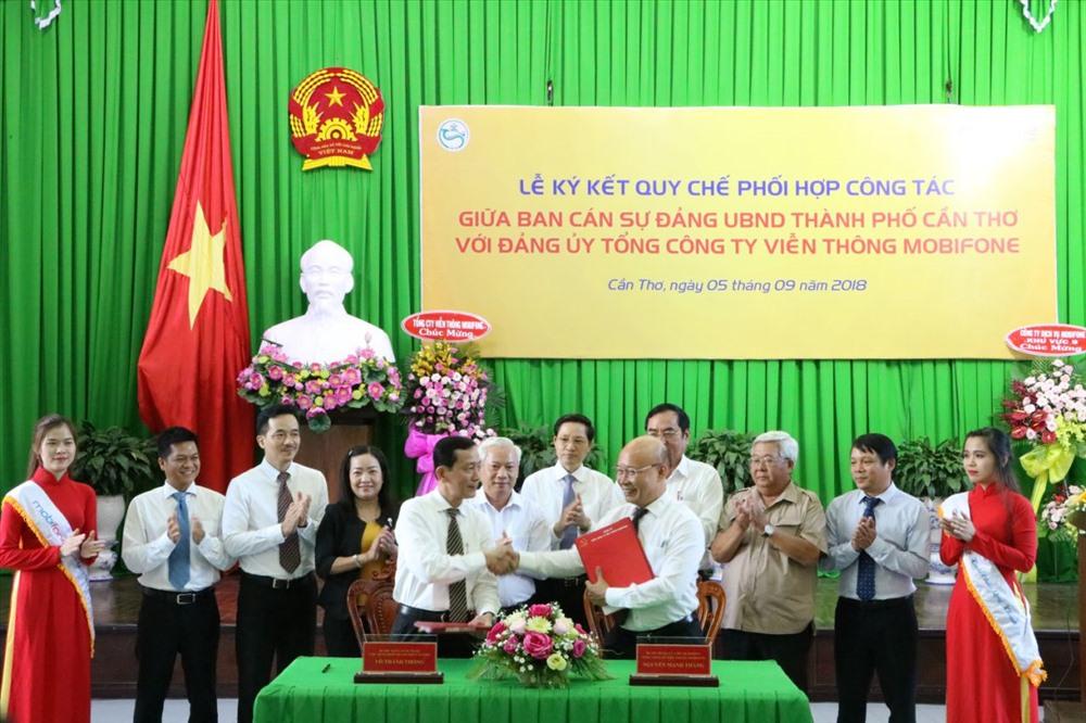 Ông Võ Thành Thống và ông Nguyễn Mạnh Thắng ký kết Quy chế phối hợp công tác Ban cán sự đảng UBND TP Cần Thơ với Đảng ủy Tổng Công ty Viễn thông MobiFone.