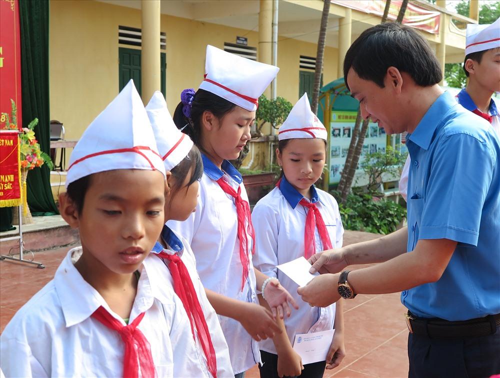 Đồng chí Phùng Quang Vinh – Phó Chủ tịch LĐLĐ tỉnh, lãnh đạo Ban Chính sách pháp luật LĐLĐ tỉnh trao quà cho các cháu học sinh có hoàn cảnh khó khăn.