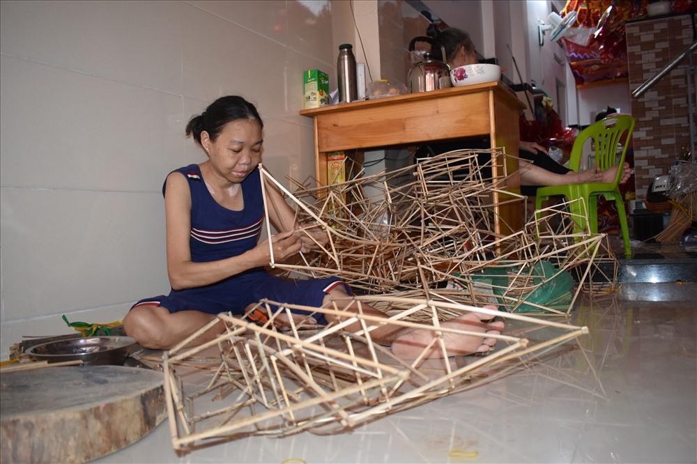 Chị Ánh Loan (41 tuổi) cho biết sau khi ăn Tết Nguyên Đán xong, các hộ gia đình ở đây sẽ bắt đầu làm khung đèn, tháng 4 sẽ bắt đầu gửi khung đến các cơ sở để dán, tháng 6 bắt đầu bán.
