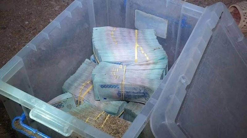 Số tiền 3,7 tỉ đồng 2 nghi can bỏ vào thùng nhựa, chôn dưới lòng đất ở nhà Trần Hoàng Nhật Hùng. Ảnh: CA cung cấp