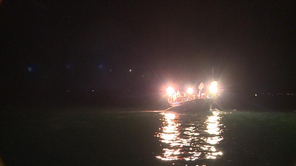 Một chiếc thuyền câu của ngư dân giữa biển đêm