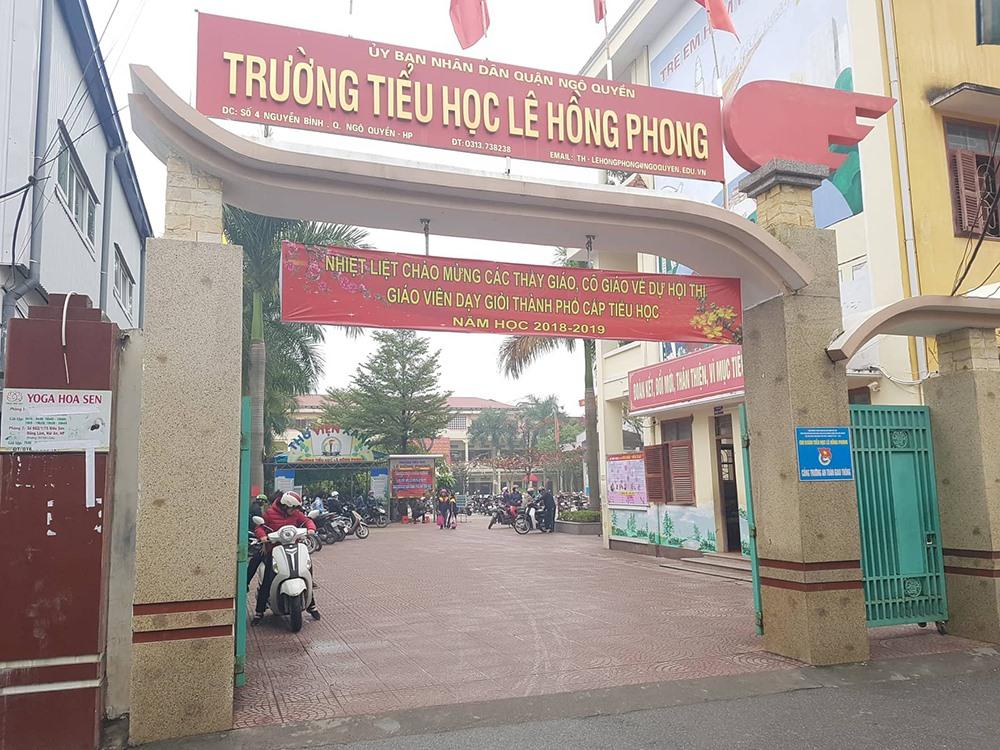 Băng rôn căng trước cổng trường Tiểu học Lê Hồng Phong.