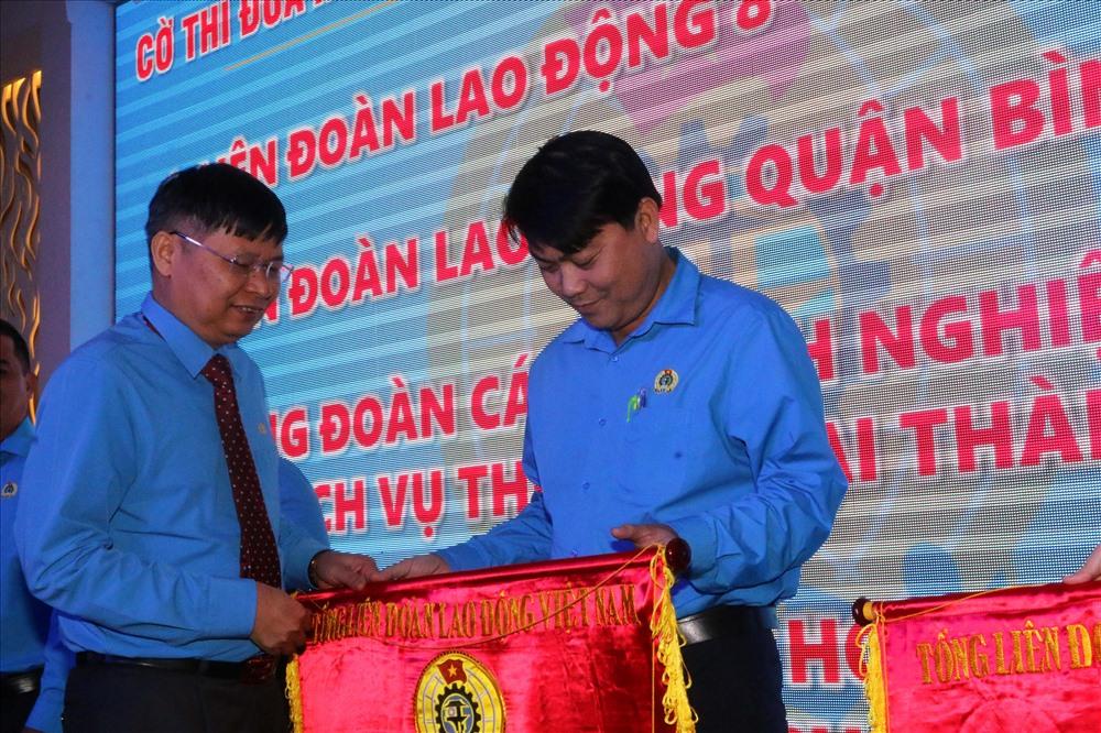 Ông Phan Văn Anh tặng Cờ thi đua xuất sắc Tổng LĐLĐ VN cho các tập thể thuộc LĐLĐ TPHCM