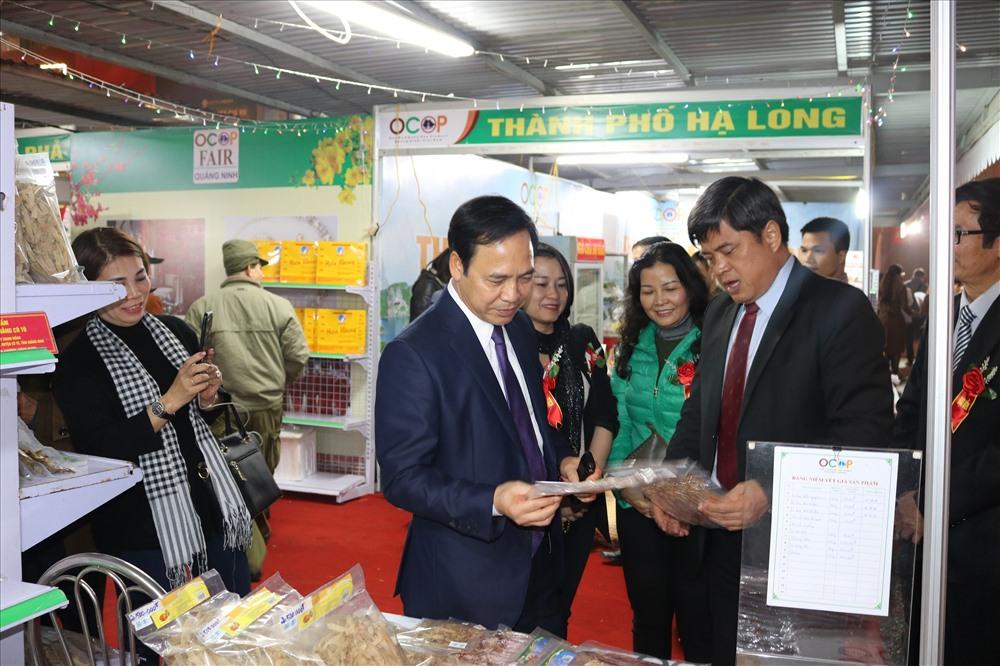 Thứ trưởng Bộ NNPTNT Trần Thanh Nam (phải) và các đại biểu tham quan gian hàng tại hội chợ. Ảnh: Thanh Tân