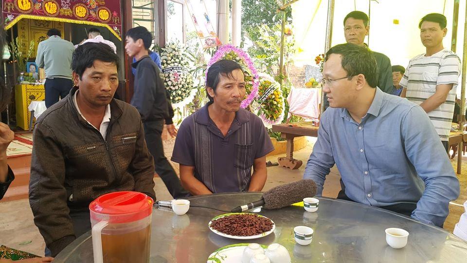 Ông Khuất Việt Hùng chia sẻ, động viên người nhà nạn nhân sau vụ tai nạn.