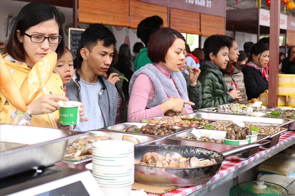 Bên cạnh những món ăn được chế biến sẵn, hải sản tươi sống cũng thu hút nhiều thực khách.