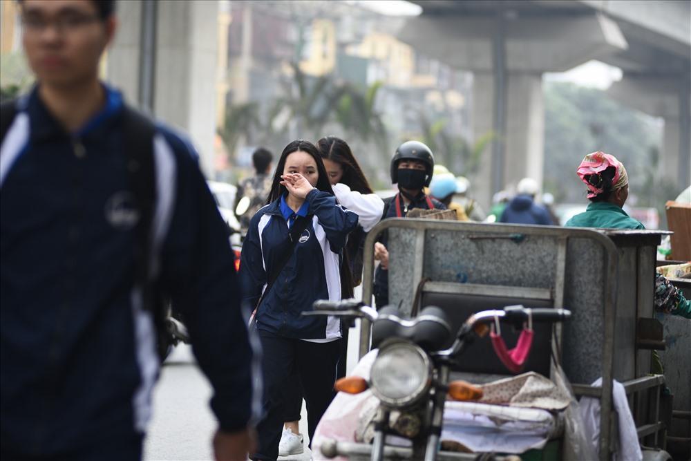 Một nơi tập kết rác trên đường Nguyễn Trãi (Thanh Xuân) có hàng chục xe chất cao nối đuôi nhau. Rác cao quá đầu người lớn.