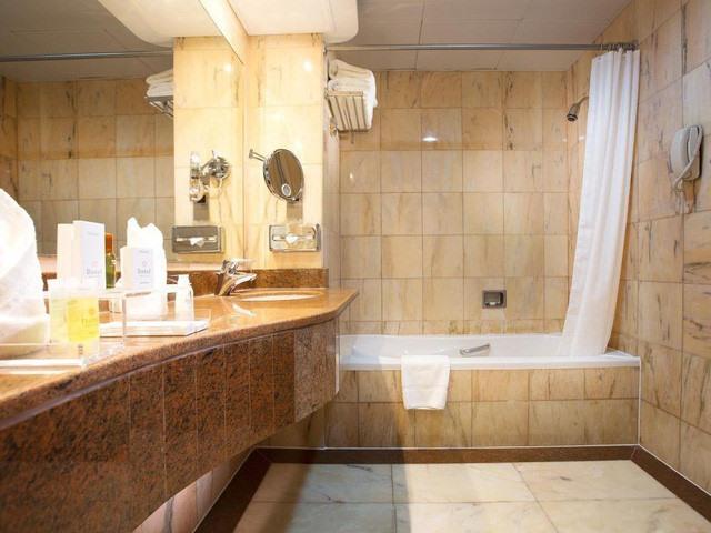 Phòng tắm rộng rãi và đầy đủ tiện nghi. Ảnh: Booking.