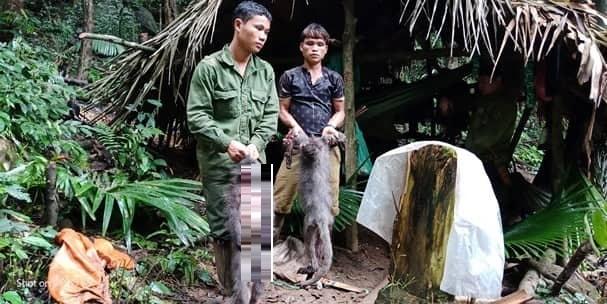 Hai trong số 5 đối tượng bị bắt cùng tang vật - Ảnh: VQG Pù Mát