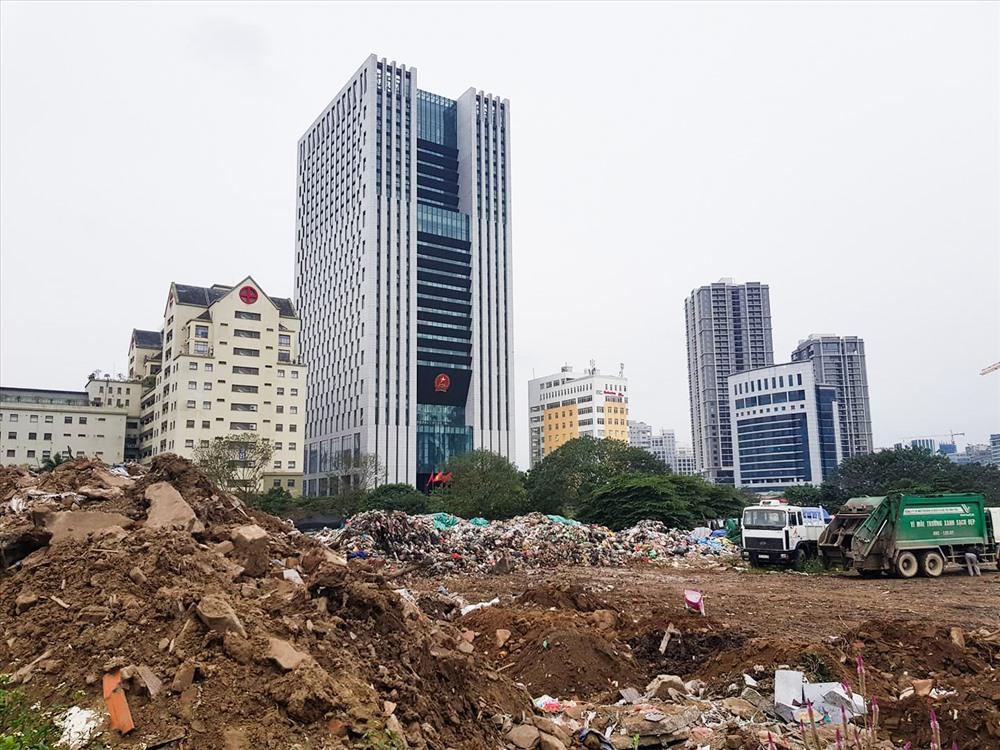"""Theo ghi nhận của PV, bên đường Phạm Văn Bạch đoạn đối diện viện Huyết học và Truyền máu Trung Ương, những ngày này bất ngờ xuất hiện một bãi rác bốc mùi hôi thối, """"tra tấn"""" người dân."""