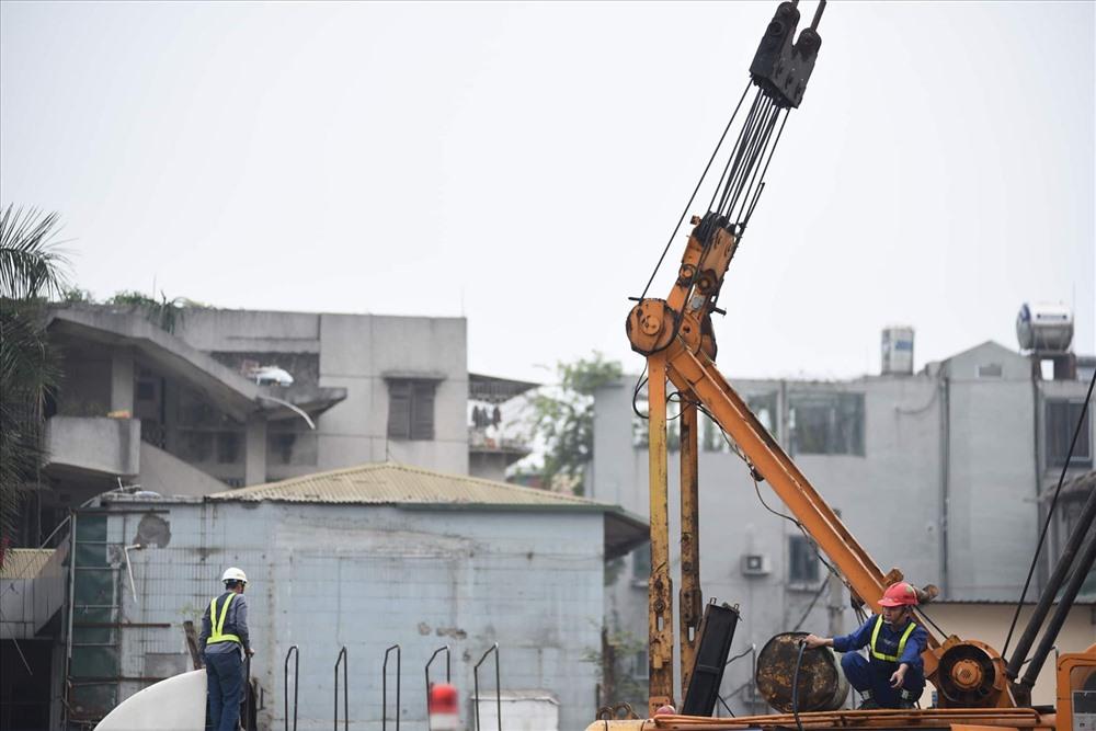 Dự án cao tốc trên cao nằm dọc theo dải phân cách giữa đường Phạm Văn Đồng, điểm đầu tuyến là cầu vượt Mai Dịch được khởi công đầu năm 2018 với chiều dài 5,3 km. Tổng mức đầu tư trên 5.300 tỉ đồng. Tại đây, đơn vị thi công đã rào chắn, chuẩn bị tập kết máy móc để làm trụ bê tông.