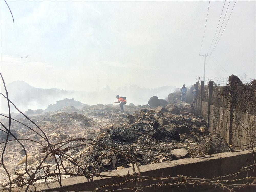 Người dân sinh sống gần mỏ đá xã Hóa An (TP.Biên Hòa, Đồng Nai) rất bức xúc, đã nhiều lần phản ánh tình trạng đổ trộm hàng trăm tấn rác nguy hại trong khu vực mỏ đã khai thác.
