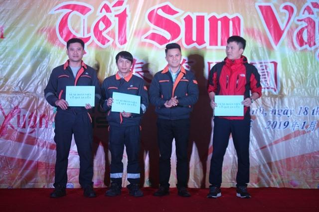Lãnh đạo CĐCS Cty Formosa Hà Tĩnh trao vé xe về Tết cho công nhân