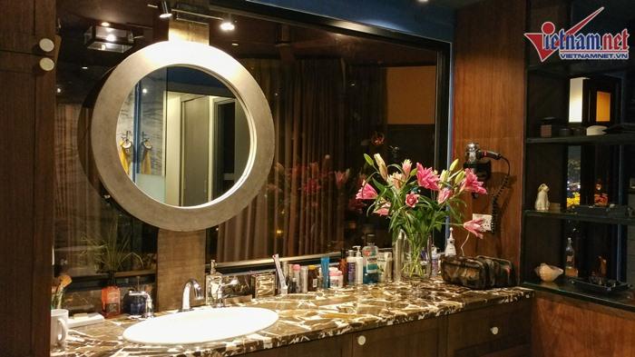 Phòng tắm hiện đại, thoáng đãng và luôn có hoa tươi thay mới mỗi ngày.