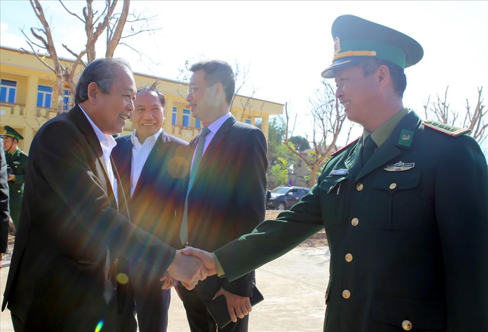 Phó Thủ tướng thường trực Trương Hòa Bình thăm hỏi, động viên lực lượng biên phòng. Ảnh: Hưng Thơ.