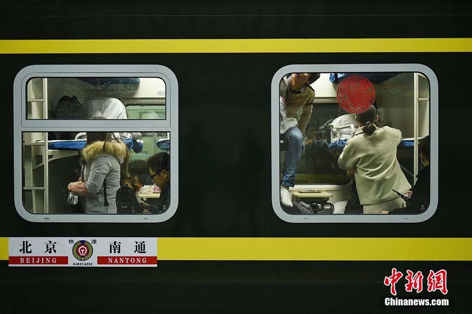 Trong ngày nay, người dân Trung Quốc sẽ di chuyển từ các thành phố về quê đoàn tụ với gia đình trong ngày Tết.