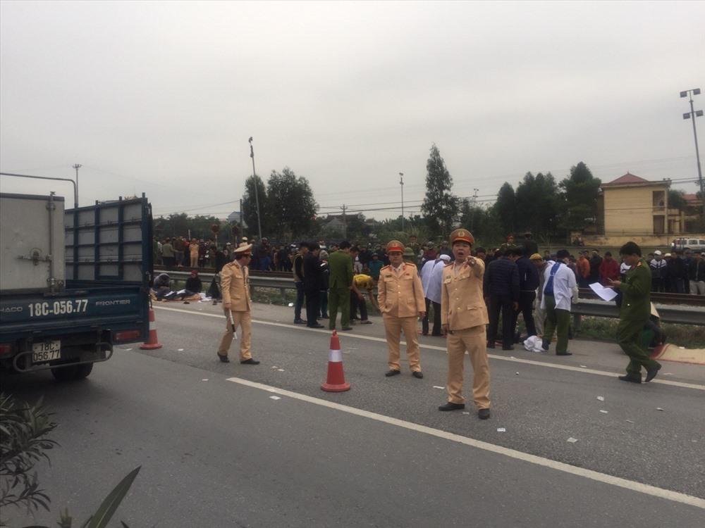 Lực lượng chức năng nhanh chóng có mặt tại hiện trường để xử lý vụ tai nạn.