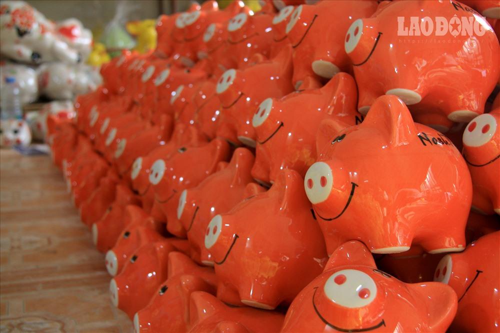 Thực tế, lợn đất không chỉ là một mặt hàng mưu sinh mà còn là tình yêu của những người thợ gốm với công việc truyền thống của Bát Tràng.