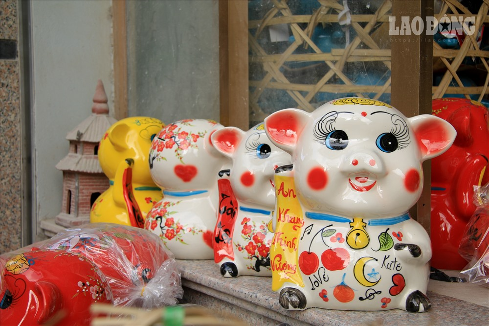 Thậm chí, ngoài các mặt hàng gốm sứ thông thường, các nghệ nhân ở Bát Tràng đôi lúc còn sản xuất những đơn đặt hàng đặc biệt như lợn đất dát vàng, sản xuất lợn đất cỡ lớn...