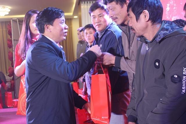 Đồng chí Nguyễn Văn Danh - Chủ tịch LĐLĐ Hà Tĩnh trao quà của LĐLĐ Hà Tĩnh cho CNLĐ khó khăn. Ảnh: Trần Tuấn