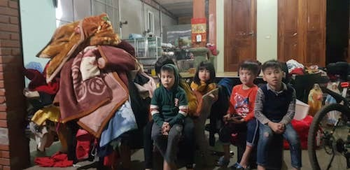 Trẻ em và các đồ dùng được sơ tán đến nơi an toàn