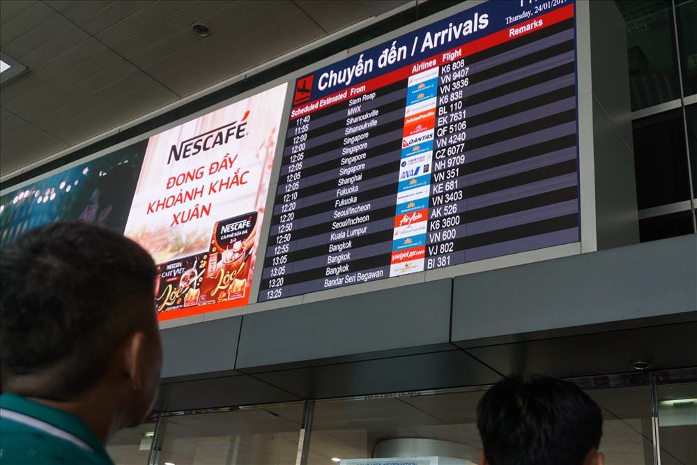Càng về trưa, hàng loạt chuyến bay từ Australia, Singapore, Mỹ, Hàn Quốc… liên tục hạ cánh đưa Việt kiều về quê ăn Tết.